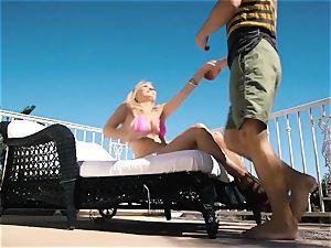 Natalia Starr enjoys cooch banging in the super-hot sunshine