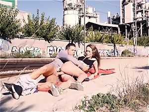 CHICAS LOCA - Outdoor bang with Ukrainian Kira Pravati