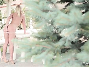 spectacular bare blonde Kiara Lord solo getting off